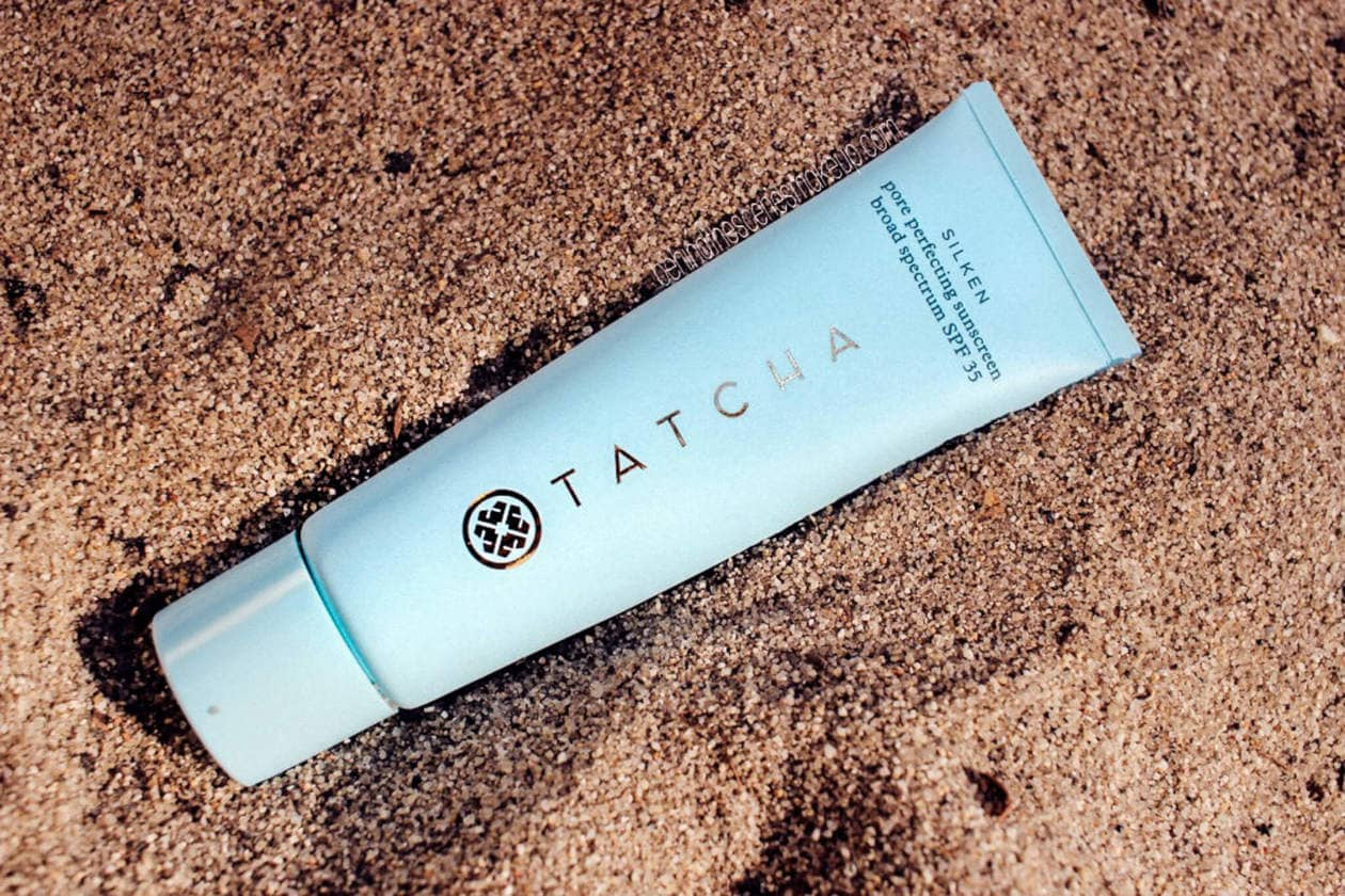 Finding a non greasy sunscreen that plays well under makeup is no easy task. Keep reading for a complete review on the Tatcha Pore Perfecting Sunscreen. From oily skin to dry skin, humidity to dry heat, this sunscreen remains constant, keeps skin looking matte and it even doubles as a primer!