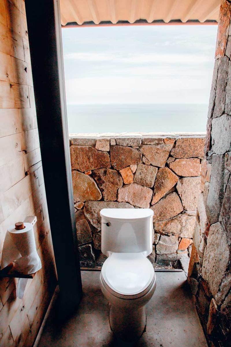 Cuatro Cuatros Toilets