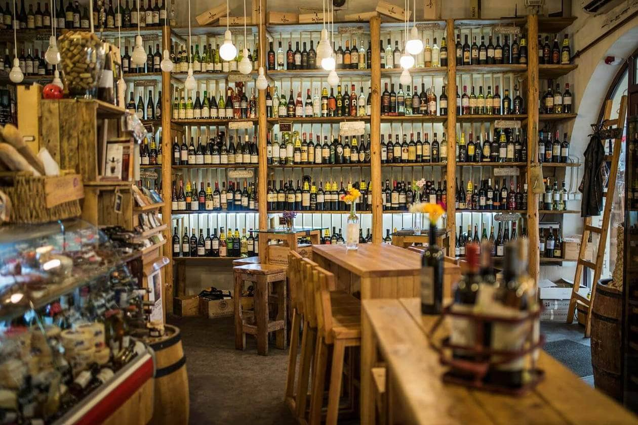 In Vino // A list of the top Yerevan restaurants and bars to try in Armenia (recommended by locals!). Choose from traditional Armenian restaurants to french style cafes. Plus discover the best wine bars in Yerevan to taste local Armenian wine.