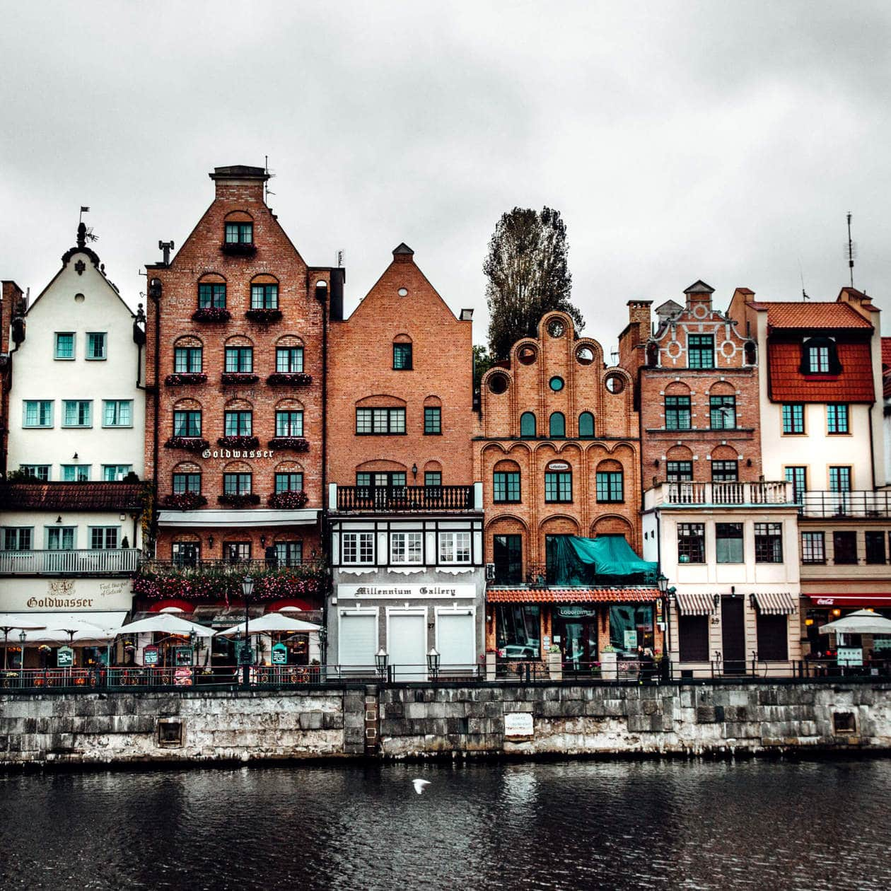 Motlawa River // There is no shortage of picturesque views, cozy streets and Instagrammable photo spots in Gdansk, Poland. Click to discover my top 6 streets for photo inspiration in Old Town.