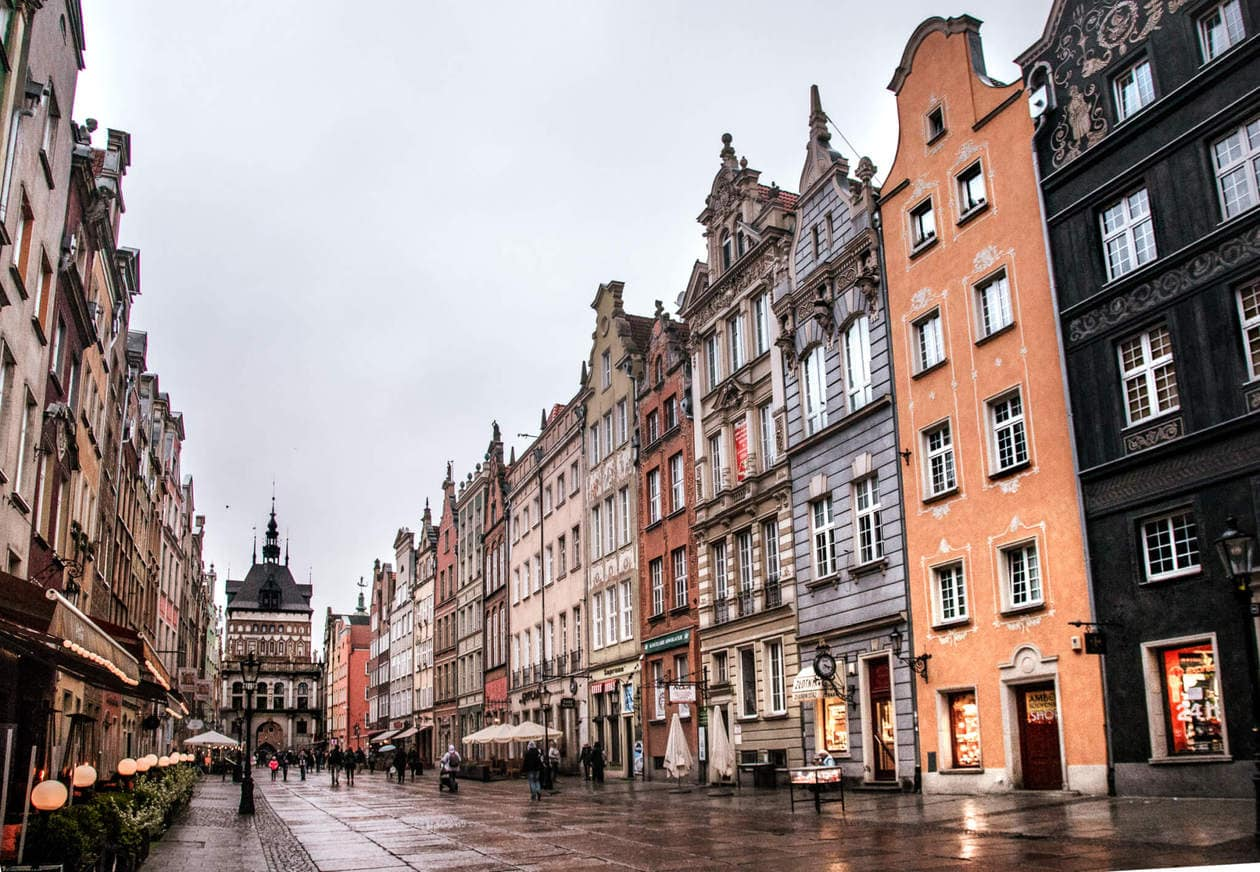 Dluga Street // There is no shortage of picturesque views, cozy streets and Instagrammable photo spots in Gdansk, Poland. Click to discover my top 6 streets for photo inspiration in Old Town.