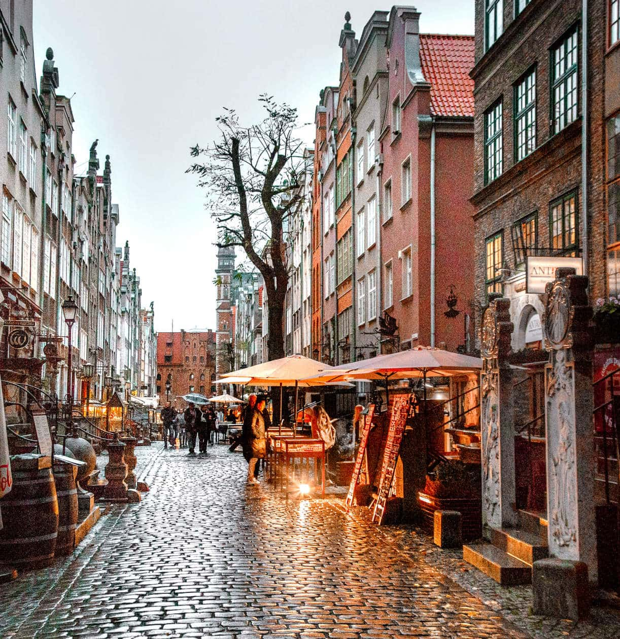 Mariacka Street // There is no shortage of picturesque views, cozy streets and Instagrammable photo spots in Gdansk, Poland. Click to discover my top 6 streets for photo inspiration in Old Town.
